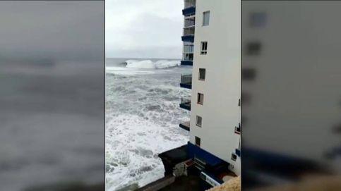 El edificio cuyo balcón fue arrasado por una ola se construyó directamente sobre el mar