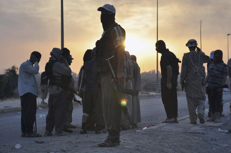 Foto: Combatientes del Estado Islámico en un puesto de control en Mosul poco después de la caída de la ciudad, el 11 de junio de 2014. (Reuters)
