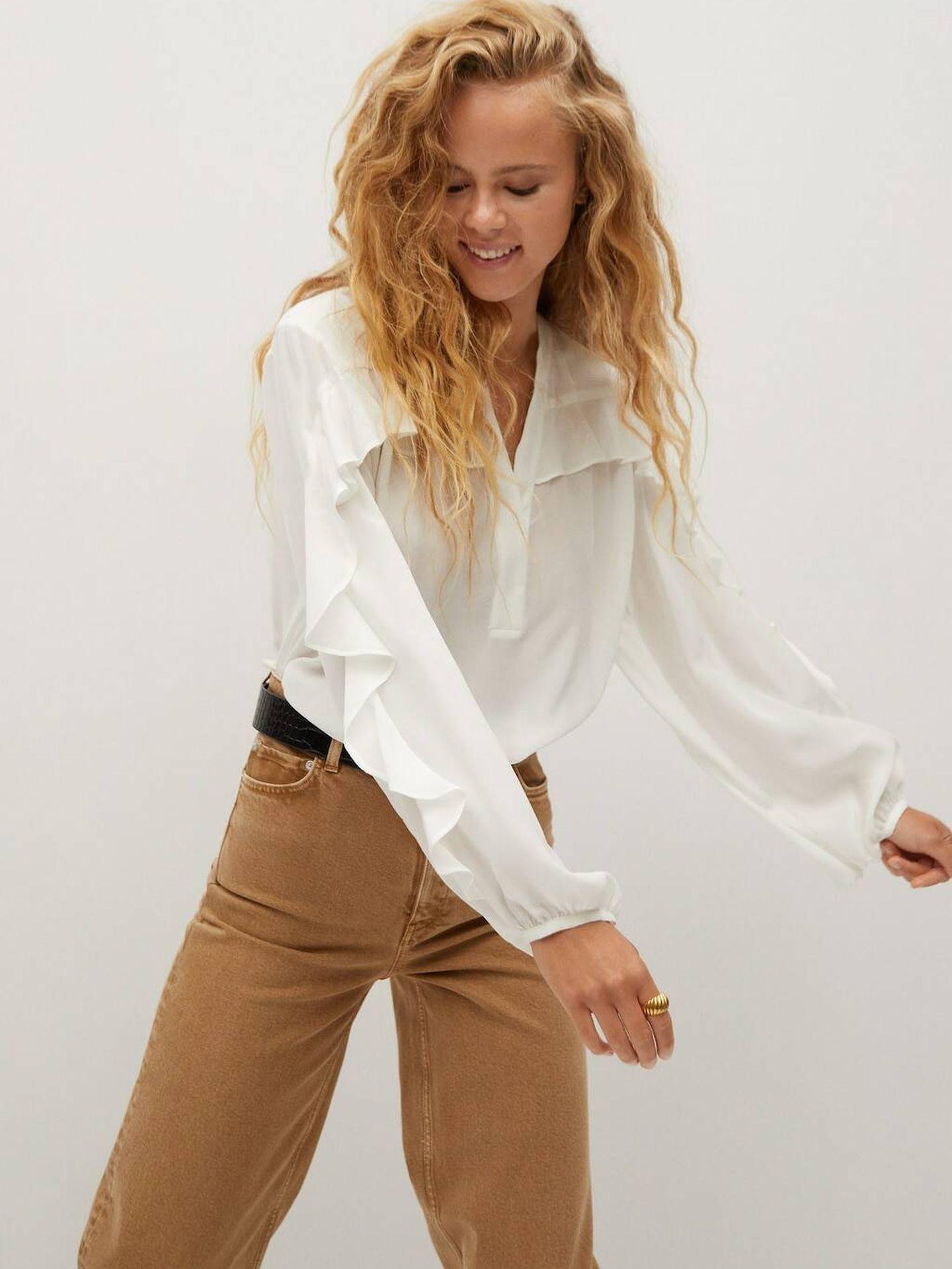La camisa blanca de Mango Outlet. (Cortesía)