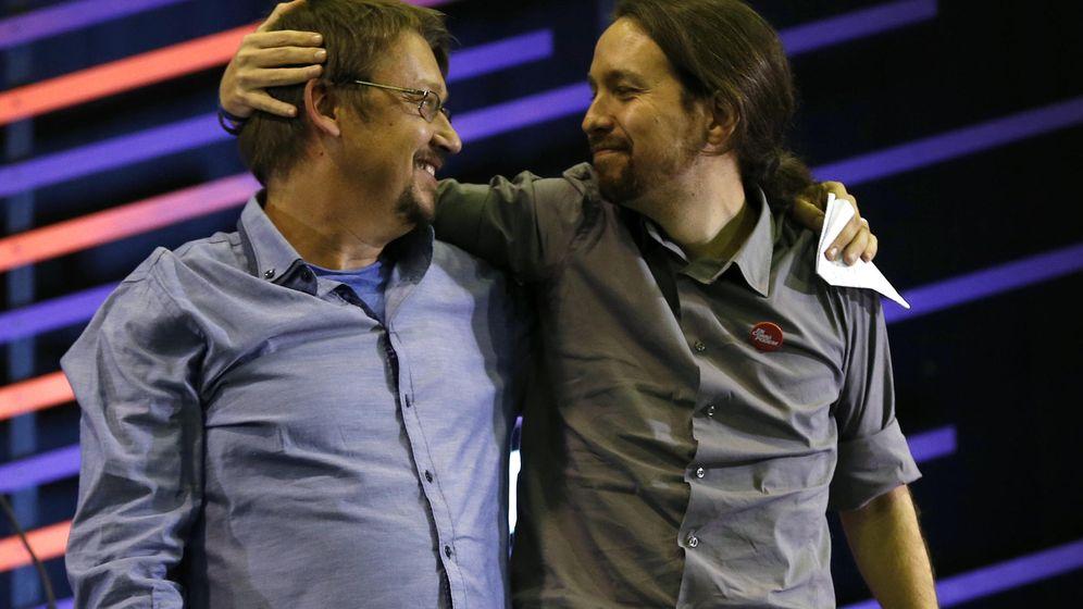 Foto: Xavi Domènech, arropado por Pablo Iglesias en un acto electoral de 2015. (EFE)