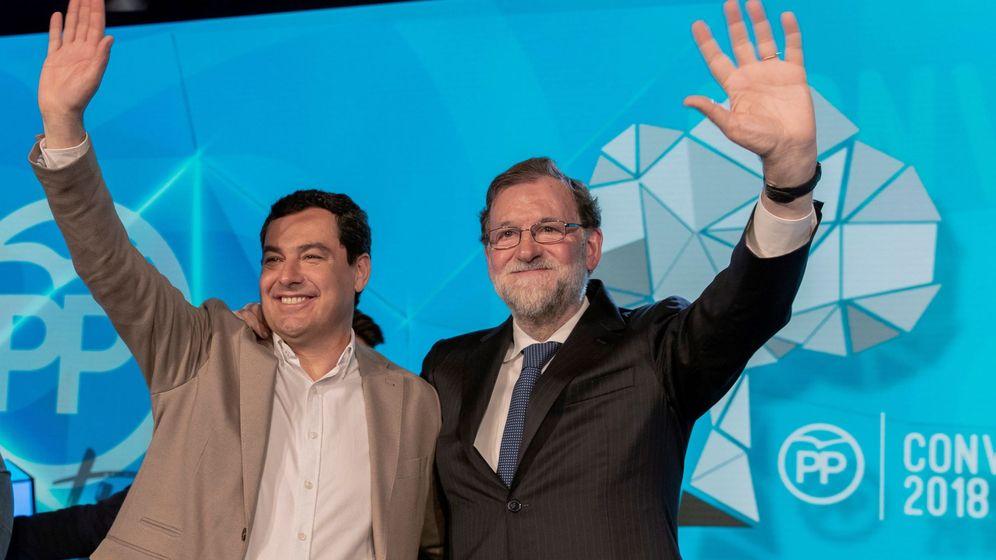 Foto: Mariano Rajoy y el presidente del PP andaluz, Juanma Moreno, este domingo en la clausura de la convención del PP. (EFE)