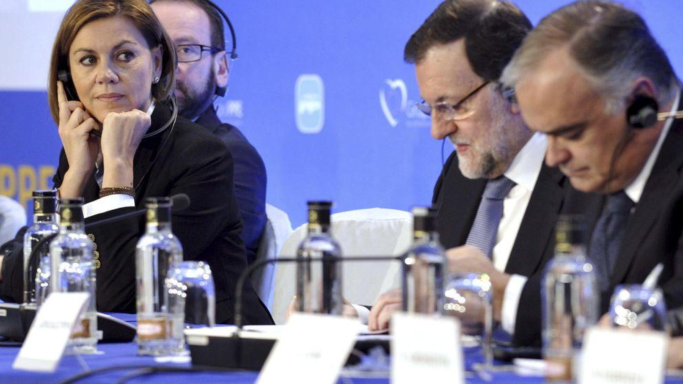 Rajoy fuerza una tregua en el PP hasta el 24-M y respalda a Cospedal