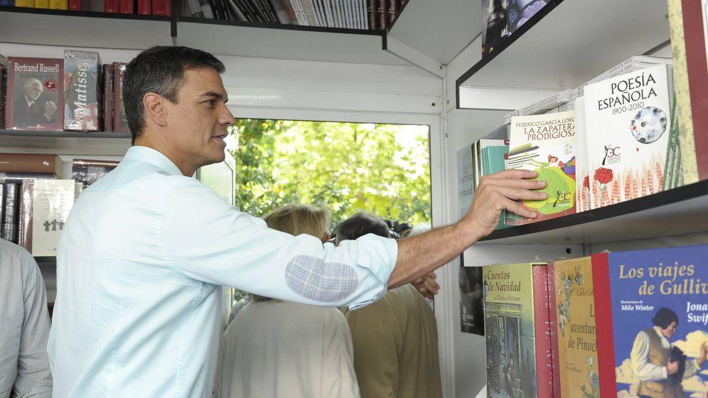 Foto: Pedro Sánchez coge un ejemplar de 'La zapatera prodigiosa', de Lorca, durante su visita a la Feria del Libro de Madrid 2017, este 1 de junio. (Borja Puig | PSOE)