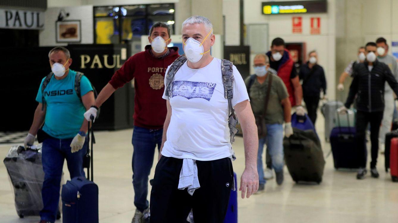 Foto: Llegada al aeropuerto de Barajas, en Madrid, de algunos de los doscientos marineros españoles que quedaron bloqueados en el Índico (EFE)