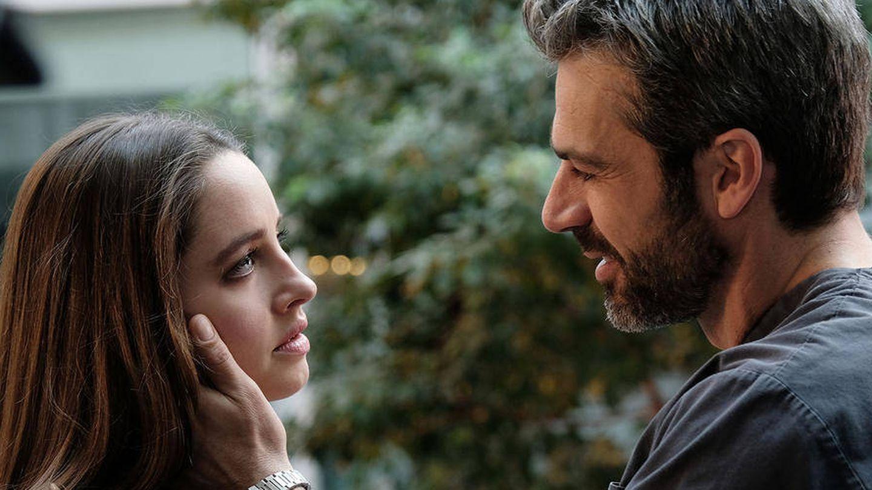Giulia Giordano (Matilde Giolu), junto a Andrea (Luca Argentero), protagonistas de 'DOC'. (AXN)