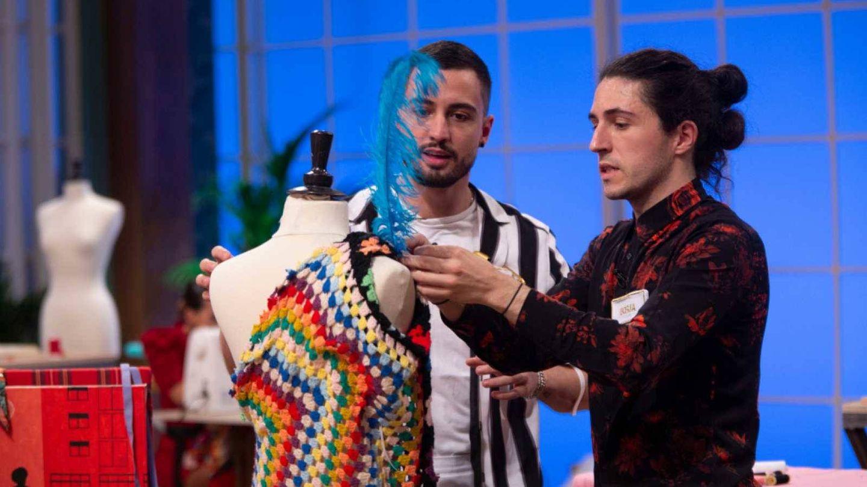 Borja y Joshua, en 'Maestros de la costura'. (TVE)