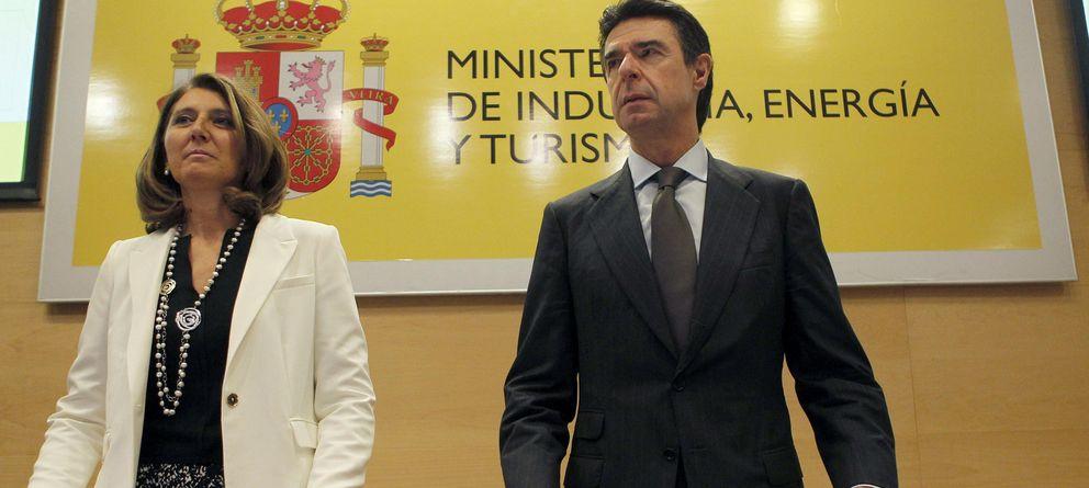 Foto: El ministro de Industria, Energía y Turismo, José Manuel Soria (d), y la secretaria general de Industria y de la PYME, Begoña Cristeto (i) (Efe)