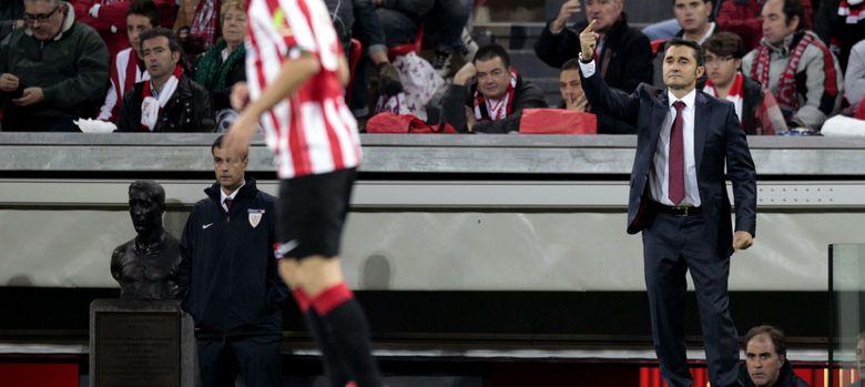 Foto: Ernesto Valverde da instrucciones a sus jugadores (Efe).