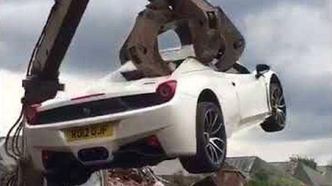 Así destrozan un Ferrari 458 Spider en un desguace