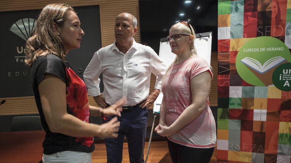 Foto: Carolina Navarro (i), Javier Imbroda (c) y Carmen Herrera (d), participantes en el curso 'Las 5 W del deporte femenino'. (Foto: Jesús Domínguez)