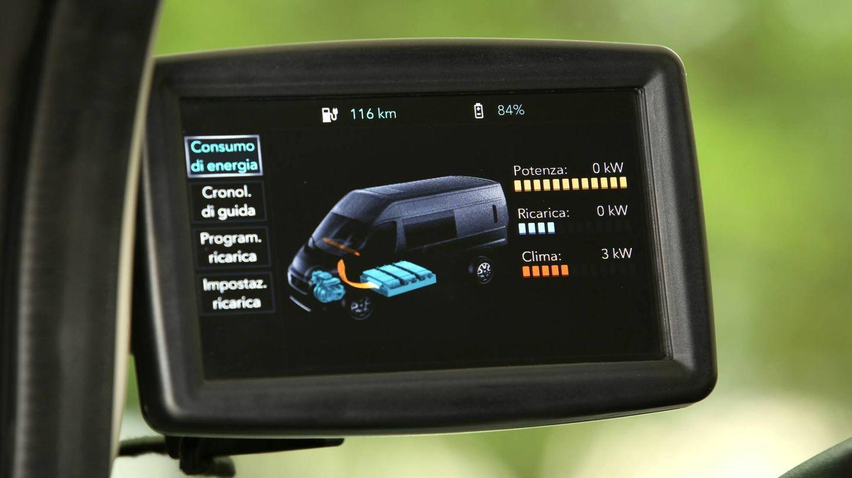 En el extremo izquierdo del salpicadero, sobreelevada, una pantalla centraliza las informaciones relativas a eficiencia energética, autonomía, nivel de batería y recarga.