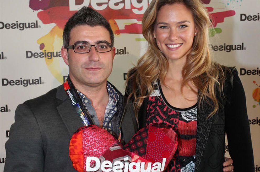 Manuel Jadraque, consejero delegado de Desigual, con Bar Refaeli.