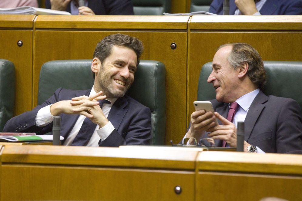 Foto: Borja Sémper y Alfonso Alonso sonríen desde sus escaños en el Parlamento vasco. (EFE)