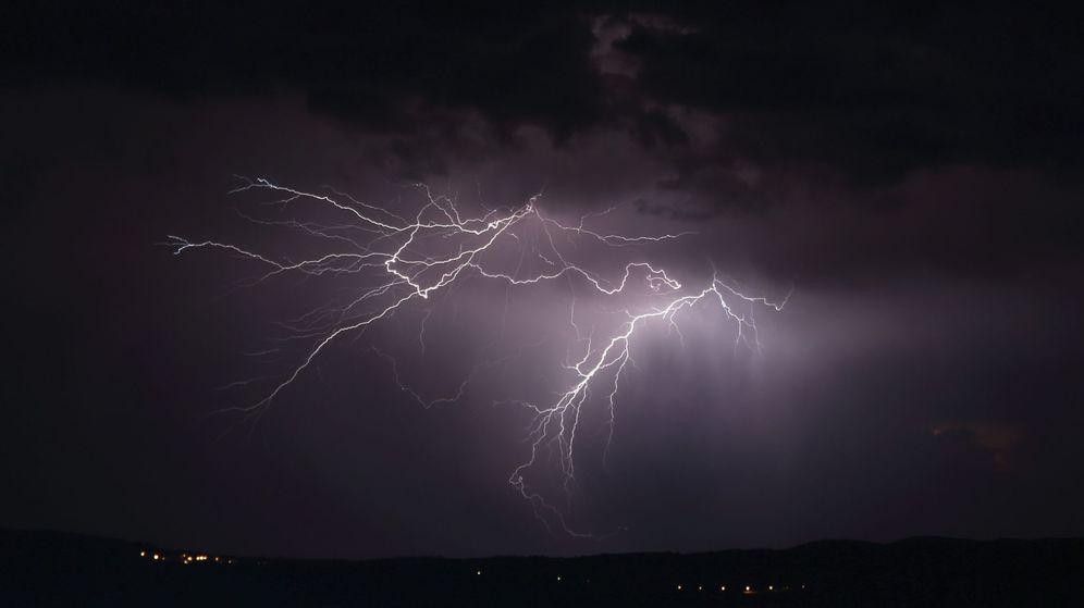 Foto: Espectacular tormenta esta madrugada en la localidad orensana de Verín. (EFE)