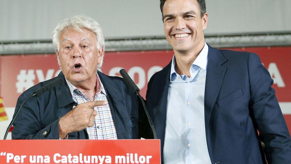 Foto: Felipe González y Pedro Sánchez, durante el mitin de campaña de las catalanas en L'Hospitalet, el pasado 23 de septiembre. (EFE)