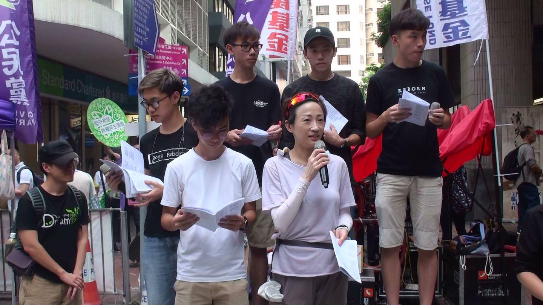 La diputada Tanya Chan, del Partido Cívico, una de las procesadas estos días, en un acto junto al grupo prodemocracia Boyz Reborn, una de cuyas canciones se convirtió en himno durante la Revolución de los Paraguas, el 1 de julio de 2018. (A. García)