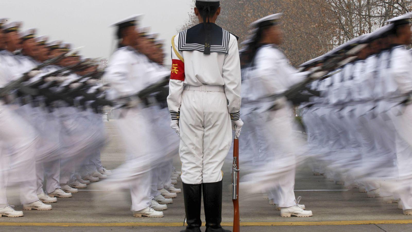 Foto: Reclutas del Ejército chino durante un desfile conmemorativo en una base militar en Qindao, en la provincia de Shandong (Reuters)