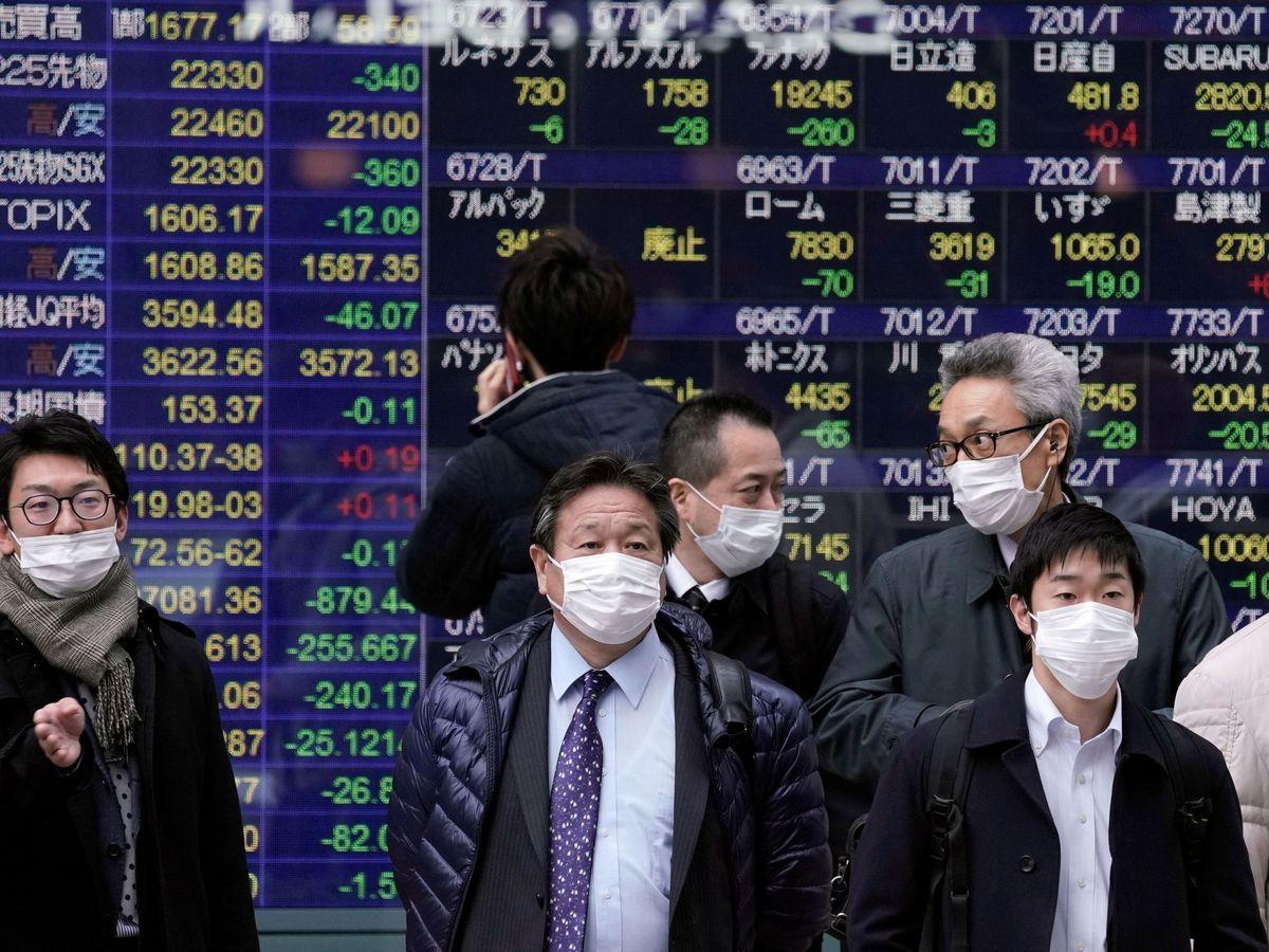 Foto: Viandantes con mascarillas en Tokio. (EFE)