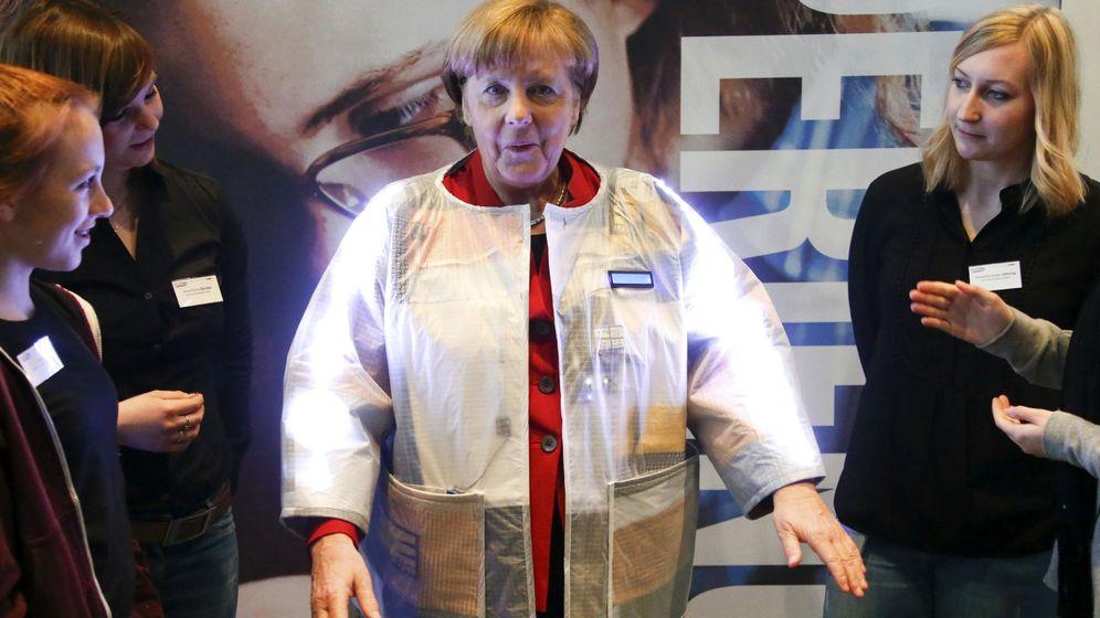Foto: Angela Merkel se prueba una chaqueta inteligente que mide alguna de las constantes vitales. Foto: REUTERS/Fabrizio Bensch