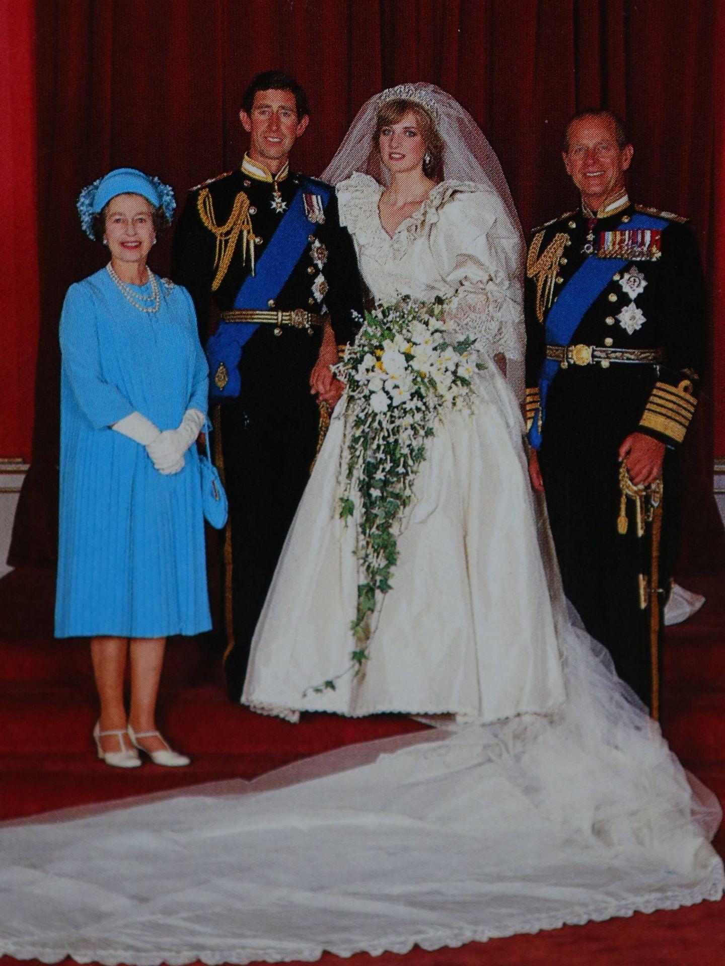 La reina Isabel y Felipe de Edimburgo,  junto a Carlos y Diana el día de su boda. (Cordon Press)