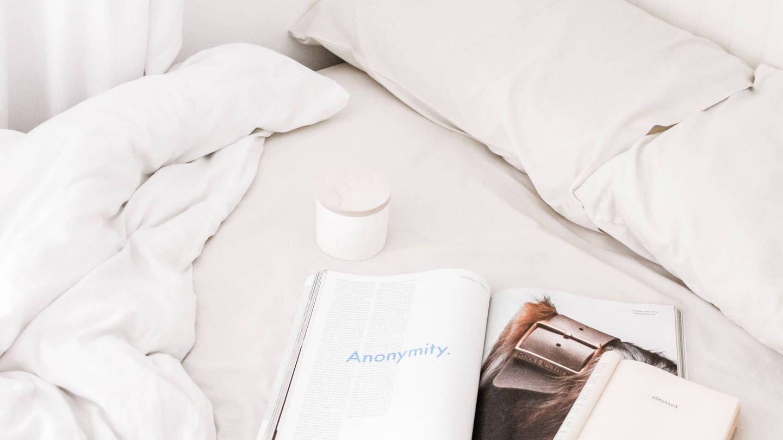 Leer un buen libro en la cama es un buen consejo antes de dormir. (Unsplash)