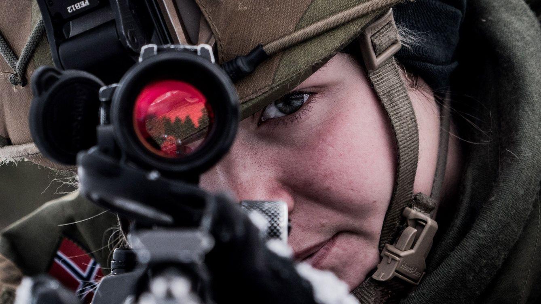 Foto: Un soldado apunta su arma durante el mayor ejercicio organizado por la OTAN en décadas, en Escandinavia (EFE)