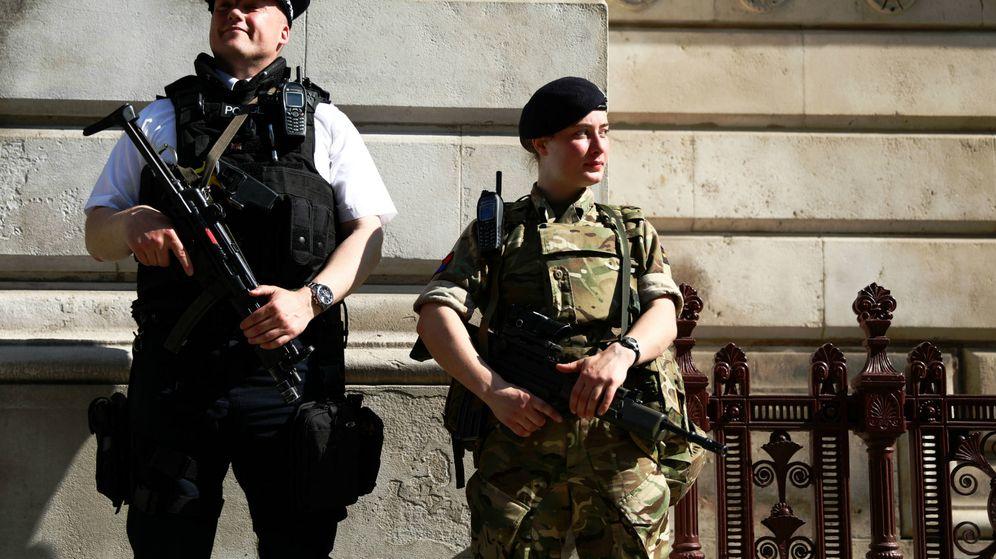 Foto: Un policía y una soldado montan guardia en Downing Street. (Reuters)