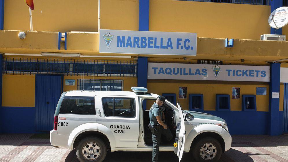 Foto: La Guardia Civil registra las instalaciones del estadio del Marbella Club de Fútbol. (EFE)