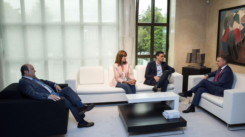 Foto: Pedro Sánchez, con Iñigo Urkullu, con Idoia Mendia y Andoni Ortuzar, este 20 de julio en la Presidencia del Gobierno vasco. (EFE)