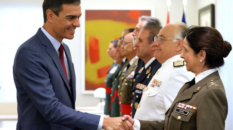 Pedro Sánchez, saludando a la general Patricia Ortega. (EFE)