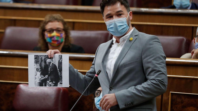 Gabriel Rufián, mostrando la mencionada fotografía en el Congreso. (EFE)