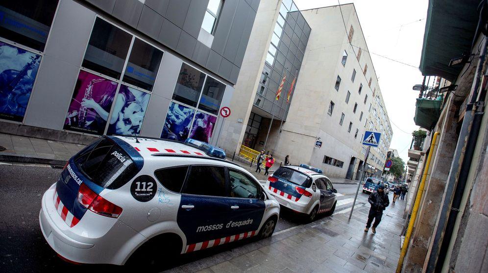 Foto: Exterior de una comisaría de los Mossos en Ciutat Vella, Barcelona. (EFE)