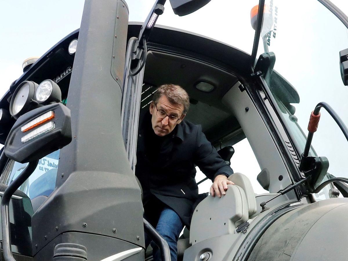 Foto: El presidente de la Xunta, Alberto Núñez Feijóo, en un tractor de grandes dimensiones. (EFE)