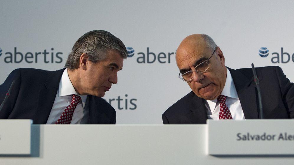 Foto: El presidente de Abertis, Salvador Alemany, conversa con el consejero delegado, Francisco Reynes (i). EFE