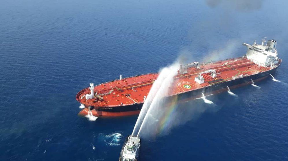 Foto: Un petrolero en llamas en el Golfo de Omán. (Reuters)