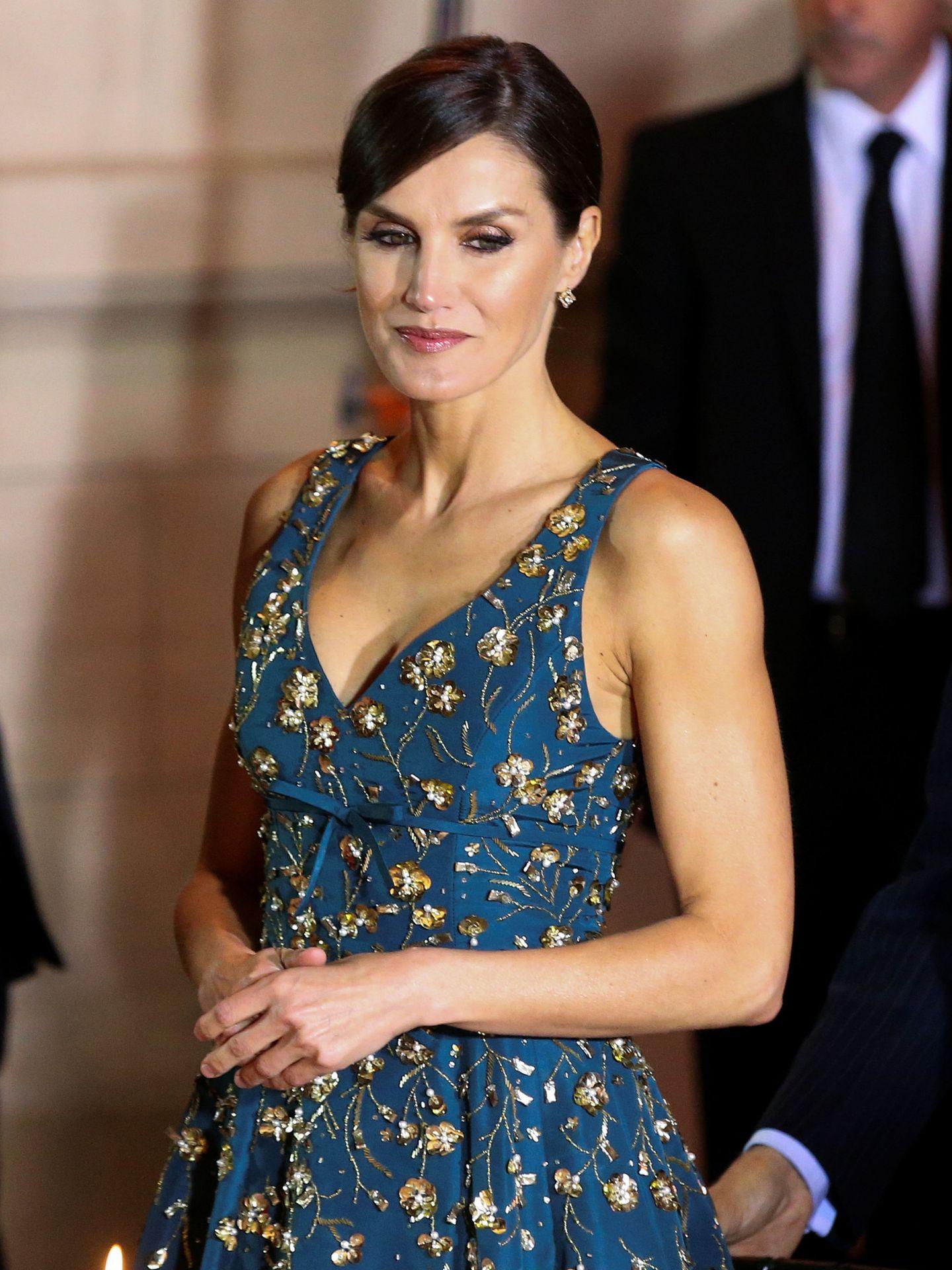 La reina Letizia con el impresionante vestido de flores doradas bordadas en Argentina. (Reuters)