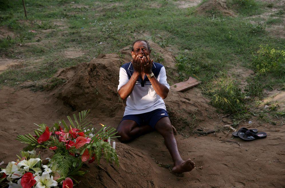 Foto: Un hombre ante la tumba de una de las víctimas del atentado de Negombo. (Reuters)