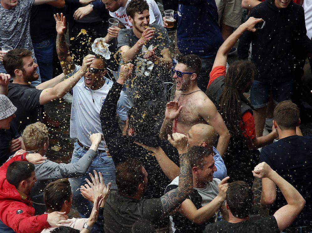 Foto: Aficionados ingleses celebran una victoria en la Eurocopa, en Lille, Francia (Reuters).