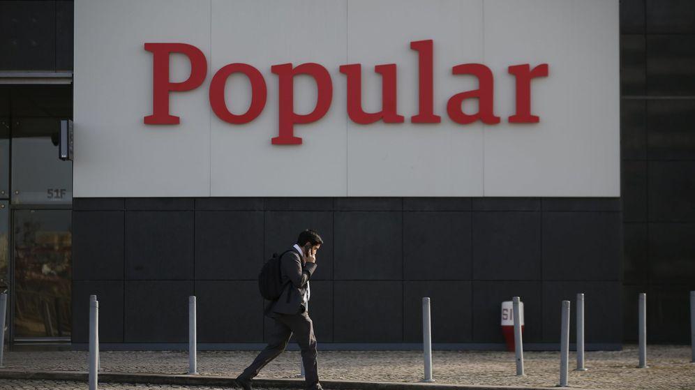 Foto: Un hombre pasea frente a la sede portuguesa del Banco Popular. (Reuters)