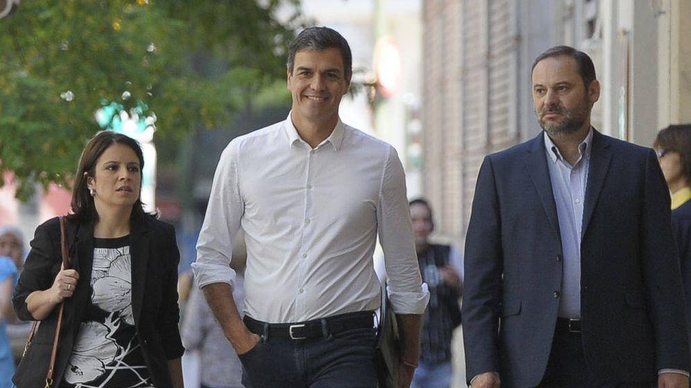 Foto: Adriana Lastra, Pedro Sánchez y José Luis Ábalos, a su llegada este 24 de mayo a Ferraz. (Borja Puig | PSOE)