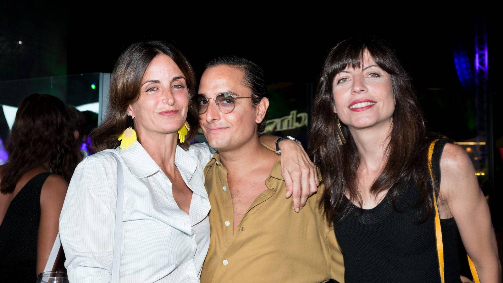 Foto: María Fitz-James, Josie y Alejandra de Borbón, en la fiesta Vanitatis Style que se celebró en la gala Starlite. (Foto: Helena Sánchez)
