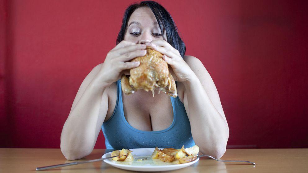 La verdadera razón por la que estás comiendo de más y encima a deshoras