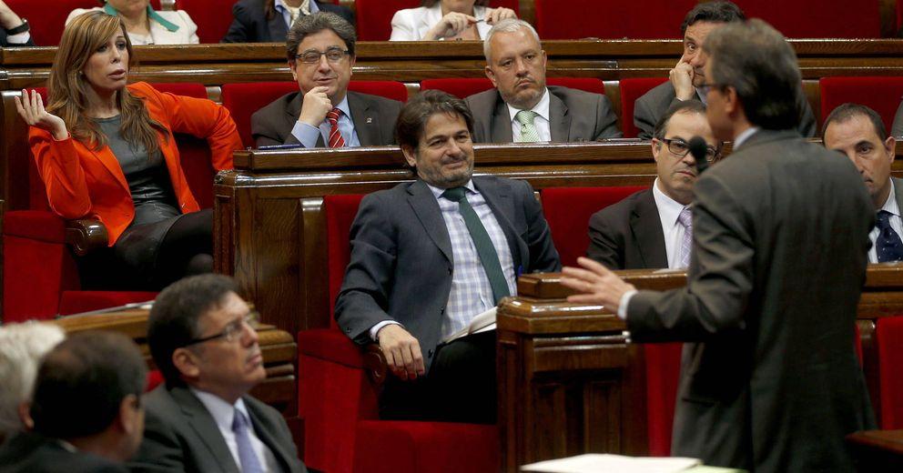 El presidente de la Generalitat, Artur Mas (d, de espaldas), responde a la líder del PPC. (EFE)