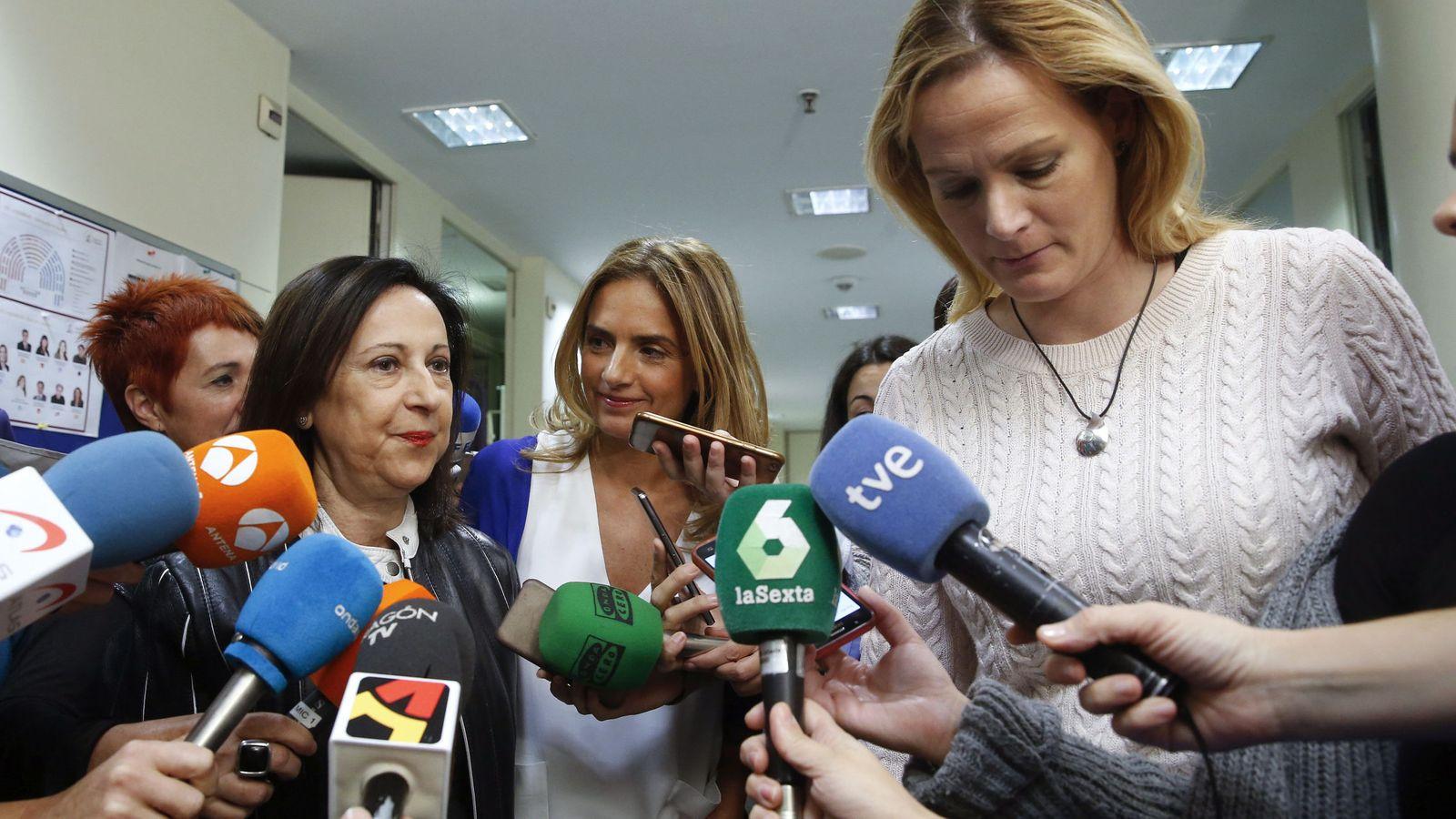 Foto: Margarita Robles, Susana Sumelzo y Zaida Cantera, el pasado 7 de noviembre en los pasillos del Congreso. (EFE)