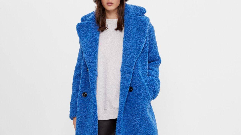 Abrigo borrego de Bershka. (Cortesía)