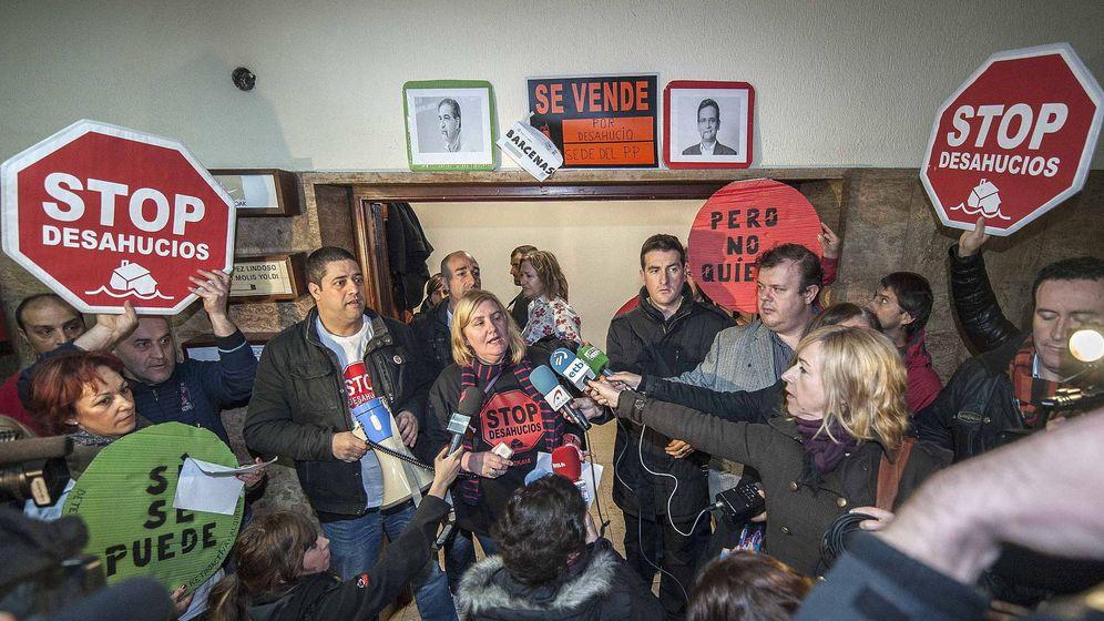 Foto:  Integrantes de Stop Desahucios Bizkaia. (Efe)