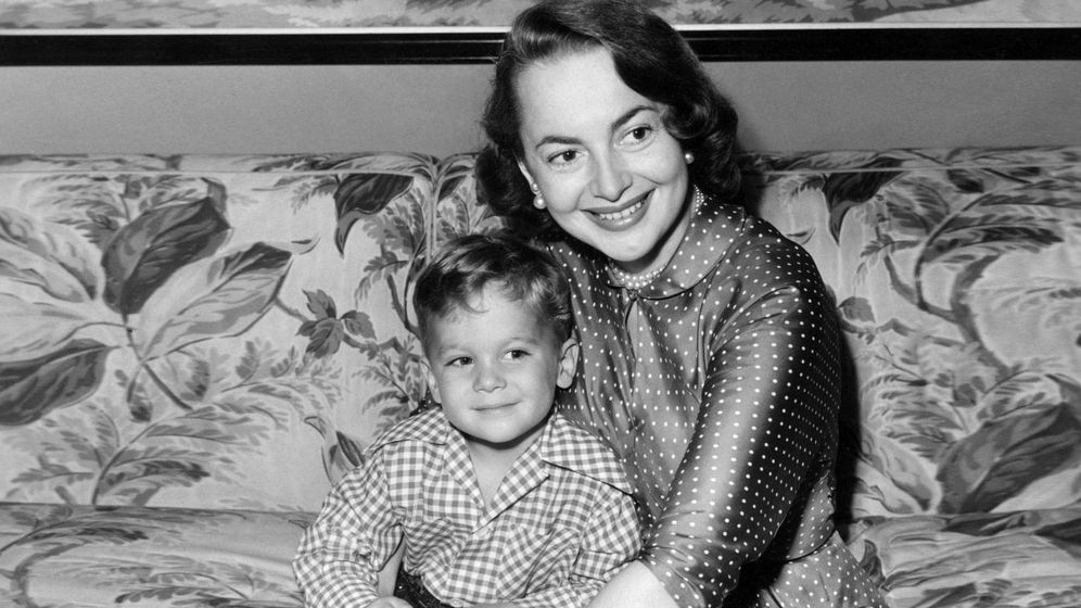 Foto: Olivia de Havilland y su hijo Benjamin. (Cordon Press)