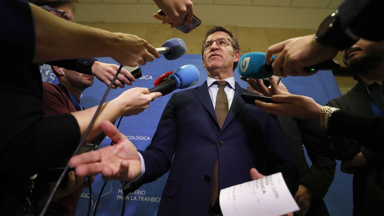 Foto: El presidente de la Xunta de Galicia, Alberto Núñez Feijóo, atiende a los medios. (EFE)