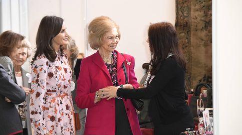 Las compras de Letizia y Sofía en el rastrillo: adornos, un vestido de 30 euros y un broche
