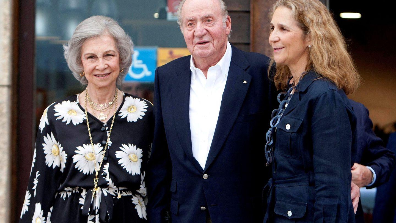 La reina Sofía, con el rey Juan Carlos y la infanta Elena en Sanxenxo el verano pasado. (EFE)